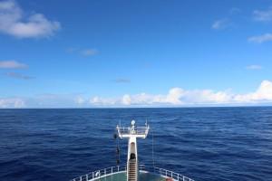 図2 .ブリッジからの眺め。船で一番眺めの良いところです。天気や空気の状態にもよりますが、十数キロ先まで見渡せるとのことです。