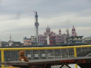 写真2.出港直前の船から見えたコロンボの街 Fig. 2. A view of City Colombo from JR