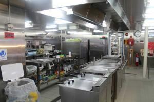 写真2:James Cook号の厨房。ここで毎日朝昼晩と食事が作られる。IODPの掘削船では一日四回の食事が提供されるが、ここでは食事は一日に三回。深夜に起きてくる人たちには夕食の一部が取り置かれているので、それを温めて食べる。