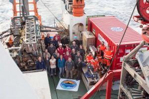 写真1:科学チームのメンバー、テクニカルスタッフ、ブレーメン大学の掘削エンジニア、イギリス地質調査所の掘削エンジニアみんなで撮影した集合写真。James Cook号の船員の方を含めて54人のメンバーで過ごした6週間。大変なこともありましたがとても楽しい時間を過ごすことが出来ました。