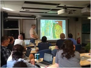 写真1.船上セミナー。コチーフでこの航海の主提案者であるヘンリー・ディック先生(ウッズホール海洋研究所)が、航海の趣旨を説明している様子。