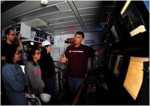 写真2.オペレーション管理者の、スティーブ・ミドグレイ氏が、船橋にある装置を説明している様子。