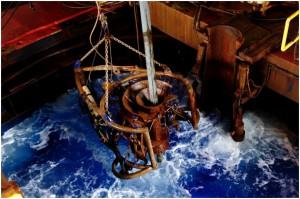 写真1.海底カメラをムーンプールから降ろすところ。