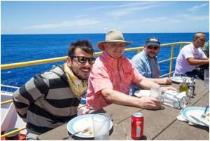 写真3.今航海初の日曜BBQランチ。天気が良くてとても気持ちよかったです。左から、アレッシオ・サンフィリッポさん(J-DESCメンバー、金沢大学&イタリア・パヴィア大学)、ヘンリー・ディック先生(ウッズホール海洋研究所)、ブノワ・イルデフォンさん(仏モンペリエ大学)、森下智晃先生(金沢大学)。