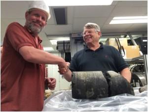 """写真1.直径18cmの""""コア""""と、コチーフ2人(右、ヘンリー・ディック先生;左、クリス・マックレオード先生)"""